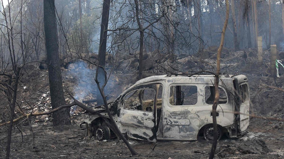 La furgoneta en la que murieron dos personas atrapadas por el fuego, en el municipio de Nigran.
