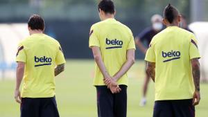 Messi (i), Busquets (c) y Arturo Vidal durante un entrenamiento del Barça.