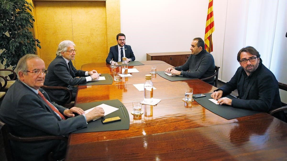 El 'vicepresident' Pere Aragones explica a patronales y sindicatos el nuevo proyecto de presupuestos.