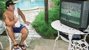 Maradona sigue un partido desde la piscina del cámara de Reuters al que agredió en La Habana, en junio del 2000.