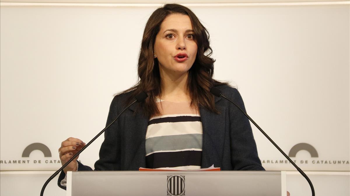 Inés Arrimadas, en una rueda de prensa en el Parlament.