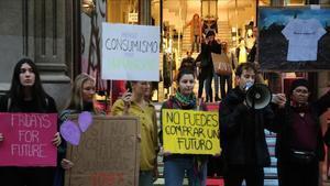 Protesta a la plaça Catalunya de Barcelona contra el Black Friday