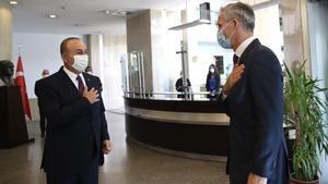 El ministro de Asuntos Exteriores de Turquía (izquierda),Mevlut Cavusoglu, recibe este lunes enAnkara al secretario general de la OTAN,Jens Stoltenberg.