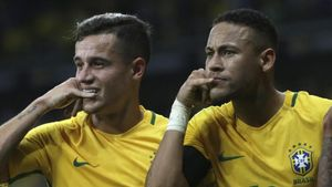 Philippe Coutinho y Neymar celebran un gol con Brasil contra Argentina.