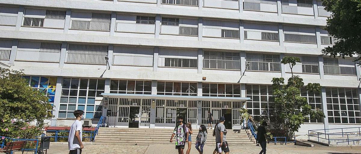 Alumnado con mascarilla en el acceso al Instituto Cavanilles de ESO, Bachillerato y Formación Profesional.