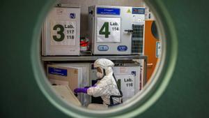 Un trabajador en el laboratorio de alta seguridad en el Centro Nacional de Biotecnología