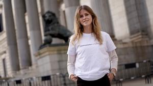 Beatriz Fanjul, diputada del PP y próxima presidenta de Nuevas Generaciones, el viernes, 26 de marzo, frente al Congreso. Posa con una camiseta recién llegada de la imprenta con el eslogan de Isabel Díaz Ayuso, 'Comunismo o libertad'.