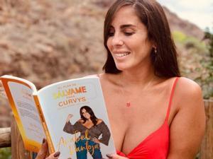 Anabel Pantoja, con su libro, 'El plan de Sálvame para curvys'.