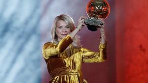 La noruega del Lyon Ada Hegerberg alzando el Balón de Oro femenino