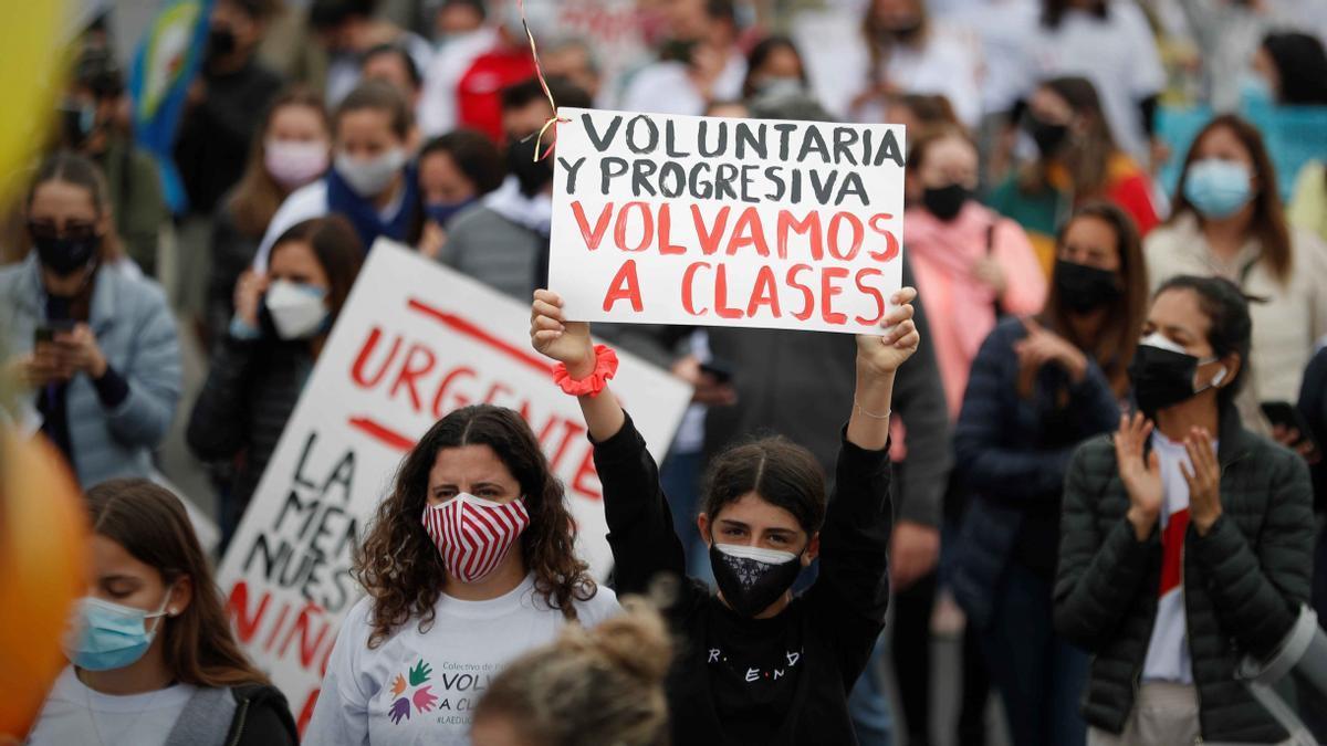 Padres de familia reclaman la reapertura de las escuelas en Perú