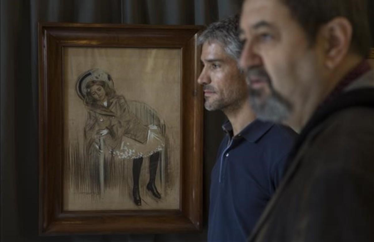 Eduardo Rocamora, izquierda, y Josep Casamartina, junto a uno de los retratos que Casas realizó de su sobrina Catalina Nieto Casas.