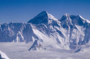 El Everest, visto desde el aire, sobre Nepal.