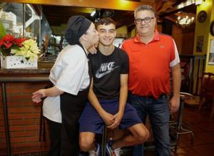 Pedri, con sus padres, en la Tasca Fernando, negocio familiar y sede de la peña barcelonista Tenerife-Tegueste, fundada por su abuelo y que preside su padre.