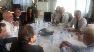 El ministro de Exteriores iraní Mohamed Javad Zarif (tercero por la izquierda, de blanco)y el presidente francés Emmanuel Macron (segundo por la derecha) , entre otros, en el encuentro que han mantenido en la cumbre del G-7 en Biarritz, este domingo.