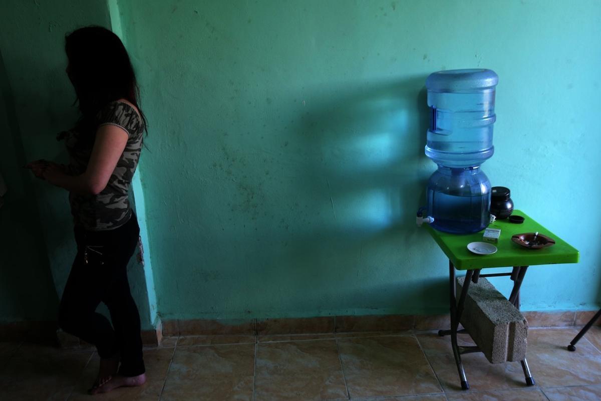 Una mujer siria explotada como esclava sexual, en su refugio actual, en una ciudad no identificada en el Líbano, el 13 de abril.