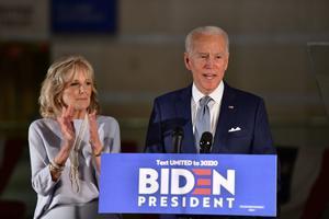 Joe Biden, junto a su esposa, se dirige a sus seguidores en Filadelfia.