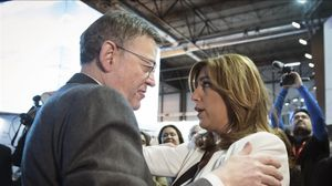 La presidenta de la Junta de Andalucía, Susana Díaz, saluda al presidente de la Comunitat Valenciana, Ximo Puig, este miércoles en el salón de turismo FITUR que se está celebrando en Madrid.
