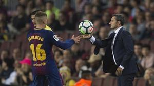 Valverde le pasa el balón a Deulofeu durante el partido ante el Málaga.