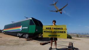 La locomotora de cartón que Greenpeace ha colocado en El Prat.