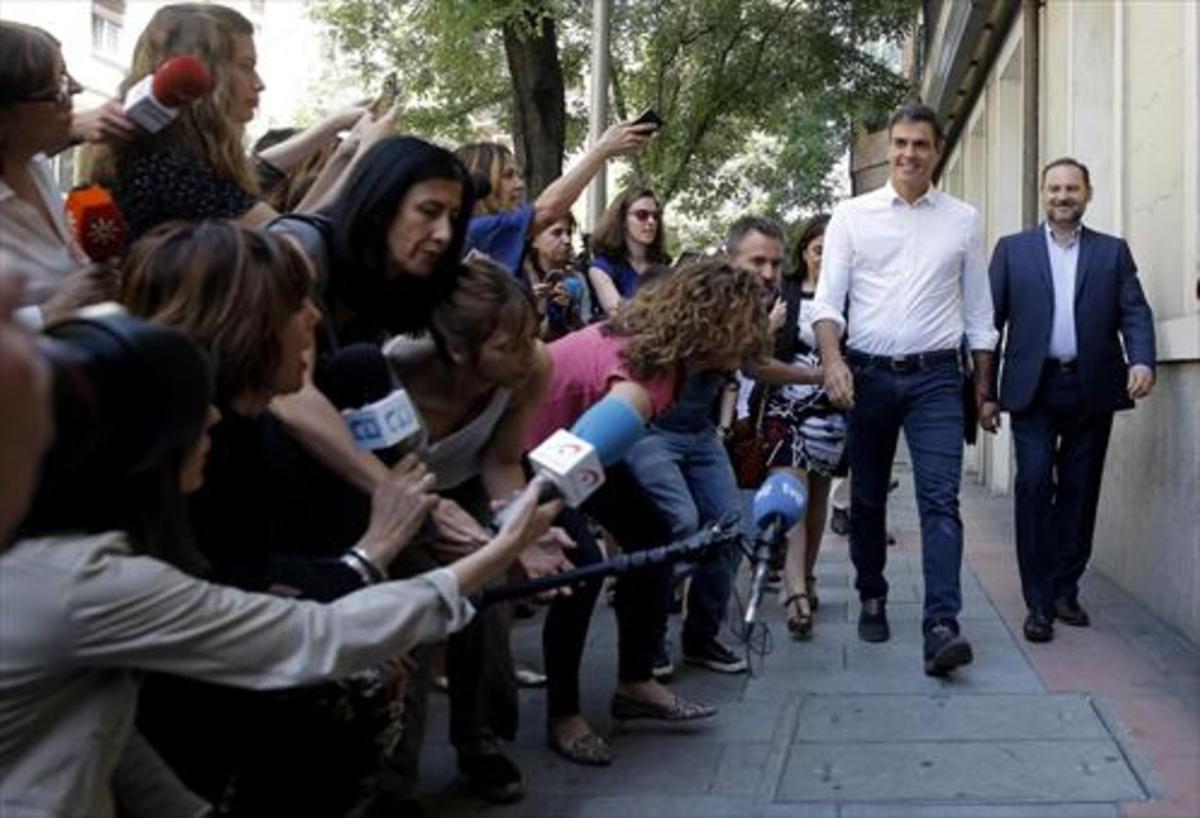Sánchez y Ábalos, a su llegada a la sede socialista de ferraz, el miércoles.
