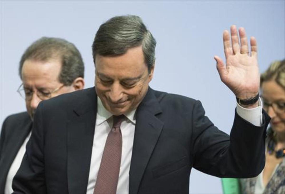 Draghi saluda tras comparecer ante la prensa, en una imagen de archivo.