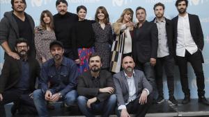 Equipo artístico de la serie 'La zona', junto consus creadores, los hermanos Sánchez-Cabezudo.
