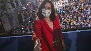 Isabel Díaz Ayuso posa en el balcón de la sede del partido durante la pasada noche electoral.