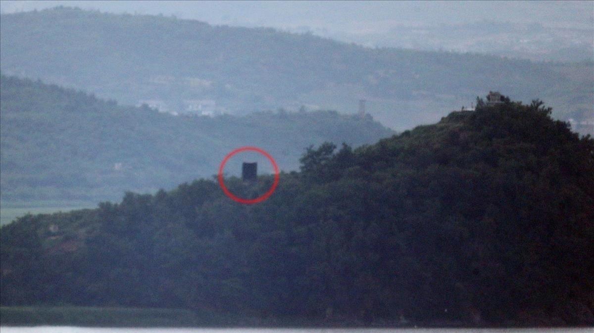 Un gran altovoz, mercado en el círculo rojo, instalado recientemente en la zona dismilitarizada que separa a la dos coreas.