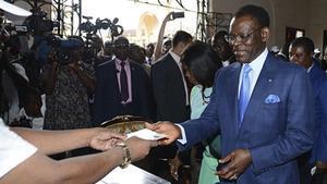 Teodoro Obiang Nguema y su mujer votan en un centro electoral, en Malabo, este domingo.