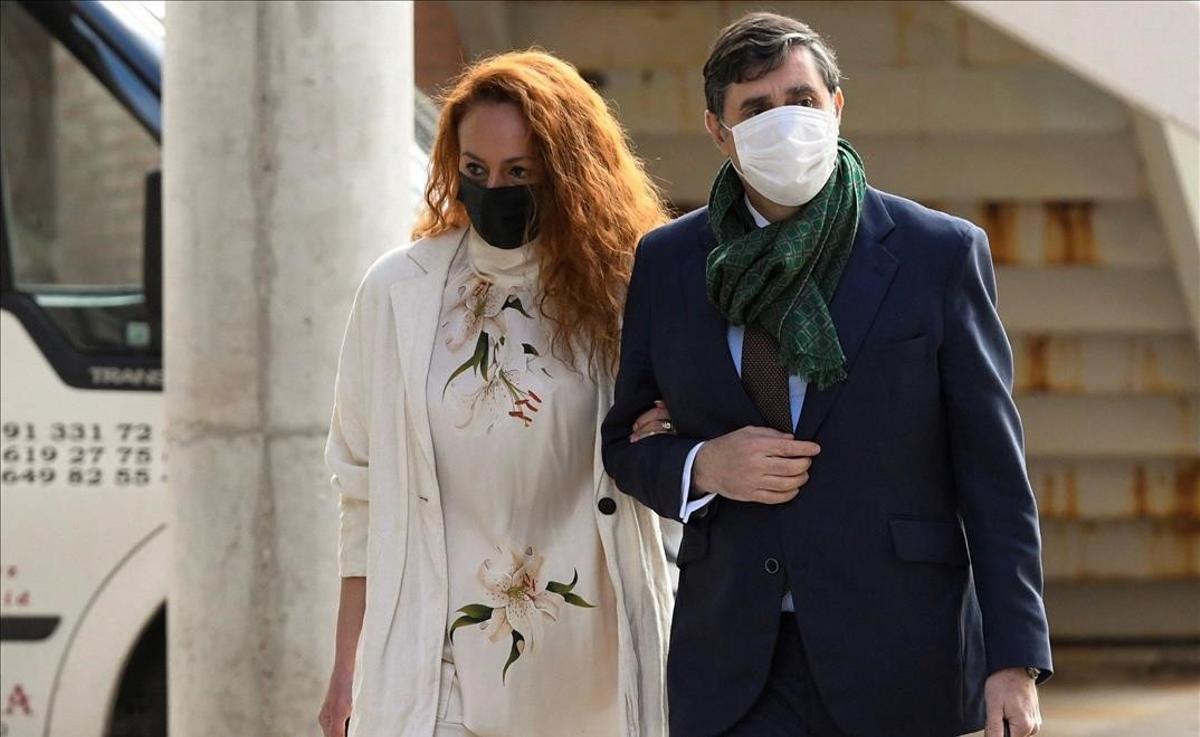 Rocío Carrasco declara en los juzgados por una demanda de su exmarido, Antonio David Flores. En la foto, Carrasco a su llegada a los juzgados de Alcobendas acompañada de su abogado, Javier Vasallo.