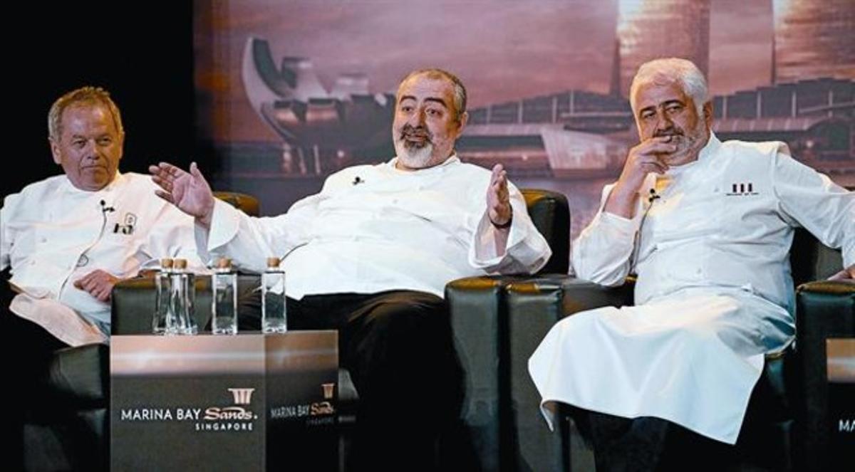 Santamaria, entre los chefs Wolfgang Puk y Guy Savoy (derecha), en una rueda de prensa en el complejo turístico en Marina Bay Sands, el miércoles.
