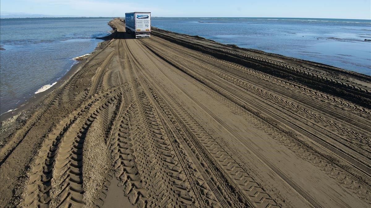 Los trabajos para reconstruir el brazo de tierra de El Trabucador continúan casi un mes después del temporal Gloria, que redujo este pasaje natural a sus mínimos