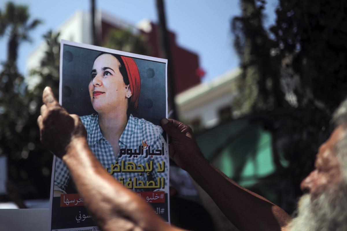 Un hombre sostiene un cartel pidiendo la liberación de Raissouni, en Marruecos.