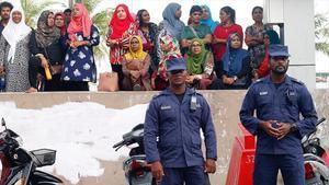 La policía maldiva junto a la sede del partido opositor MDP, tras la delcaración del estado de emergencia.