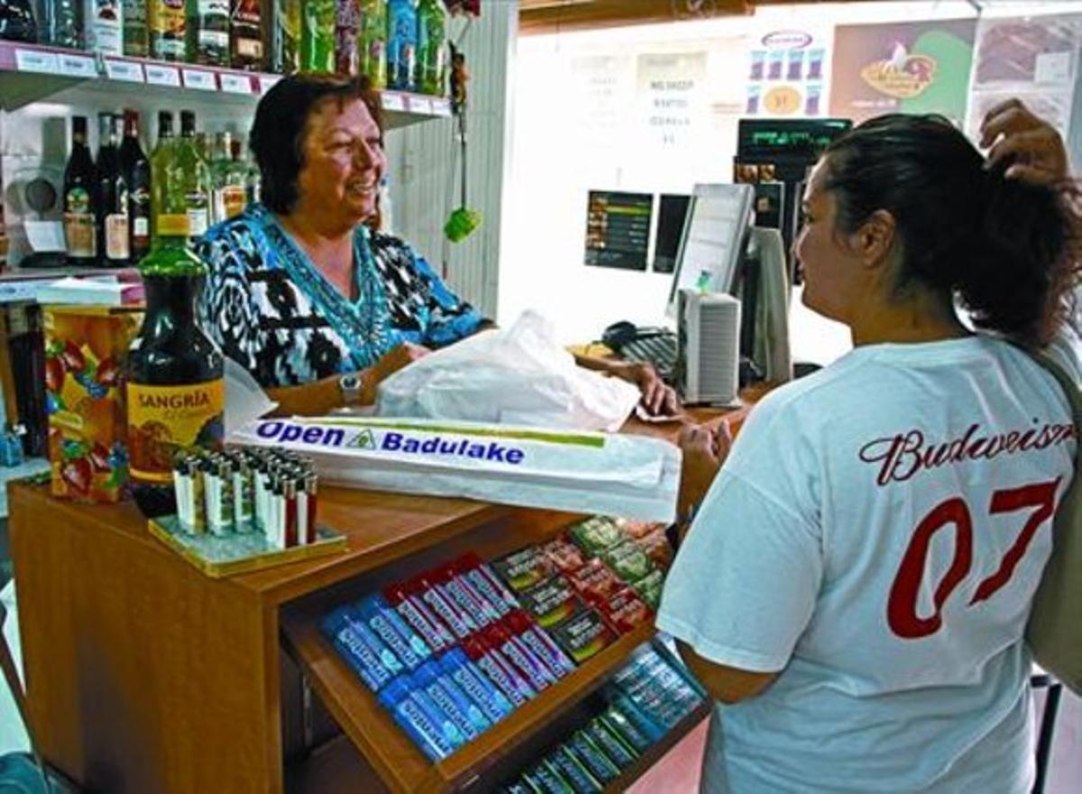 Encarna Prats atiende a una compradora en su tienda Open Badulake de Calafell.