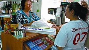 A l'última 8 Encarna Prats atén una compradora a la seva botiga Open Badulake de Calafell.