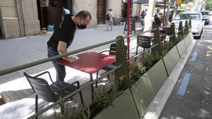 Barcelona 3/06/2021  Nuevas plataformas para las terrazas de Barcelona En la foto terraza modelo Leku-Durbanis en carrer Dos de Maig, 217 Restaurante Gochos  Foto Ferran Nadeu