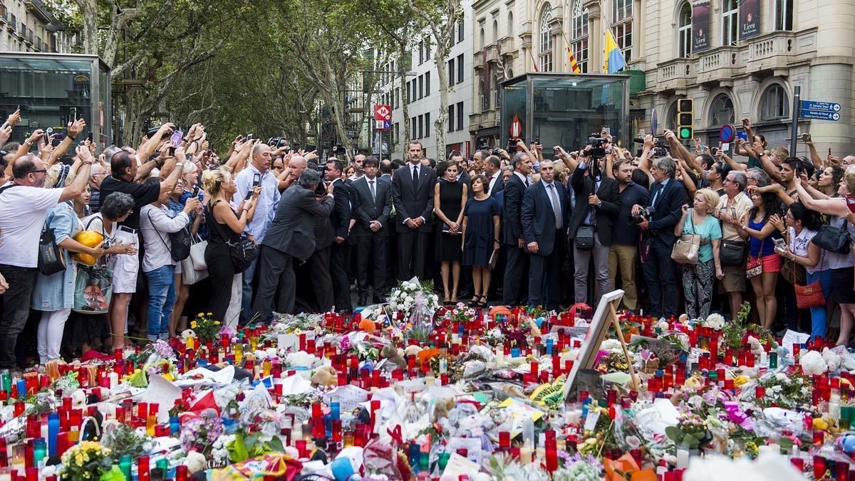 Els Reis, Puigdemont i l'alcaldessa de Barcelona, Ada Colau, han dipositat un ram de flors i una espelma sobre el mosaic de Miró.