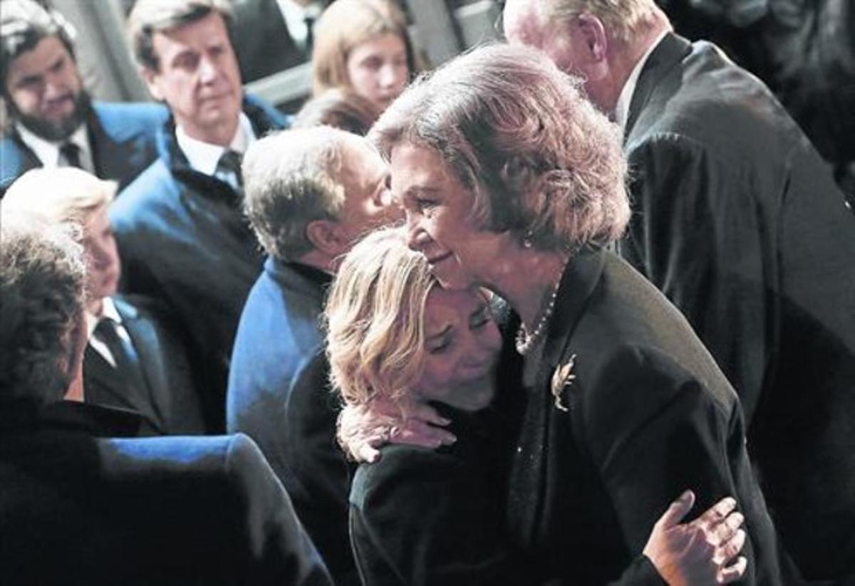 La reina Sofía consuela a Eugenia Martínez de Irujo.