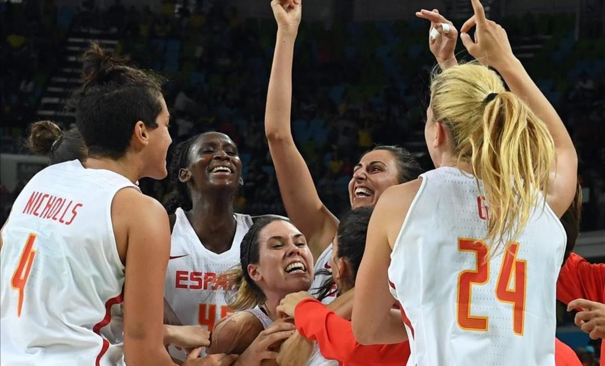 Las jugadoras de la selección rodean a Anna Cruz tras su canasta ganadora ante Turquía