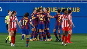 Las jugadoras del Barça celebran uno de los goles contra el Atlético.