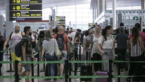 Pasajeros en el control de equipajes del aeropuerto de El Prat.