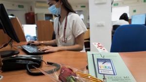 Rosas y libros gratis en el Hospital de Bellvitge por Sant Jordi.