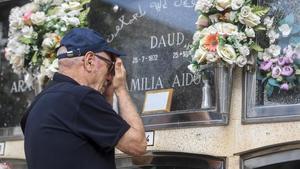 Mohamed reza frente a la tumba de su hijo,enterrado hace 26 anos en el cementerio de Viladecans.