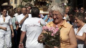 Emília Llorca participando en una fiesta popular en la Barceloneta.