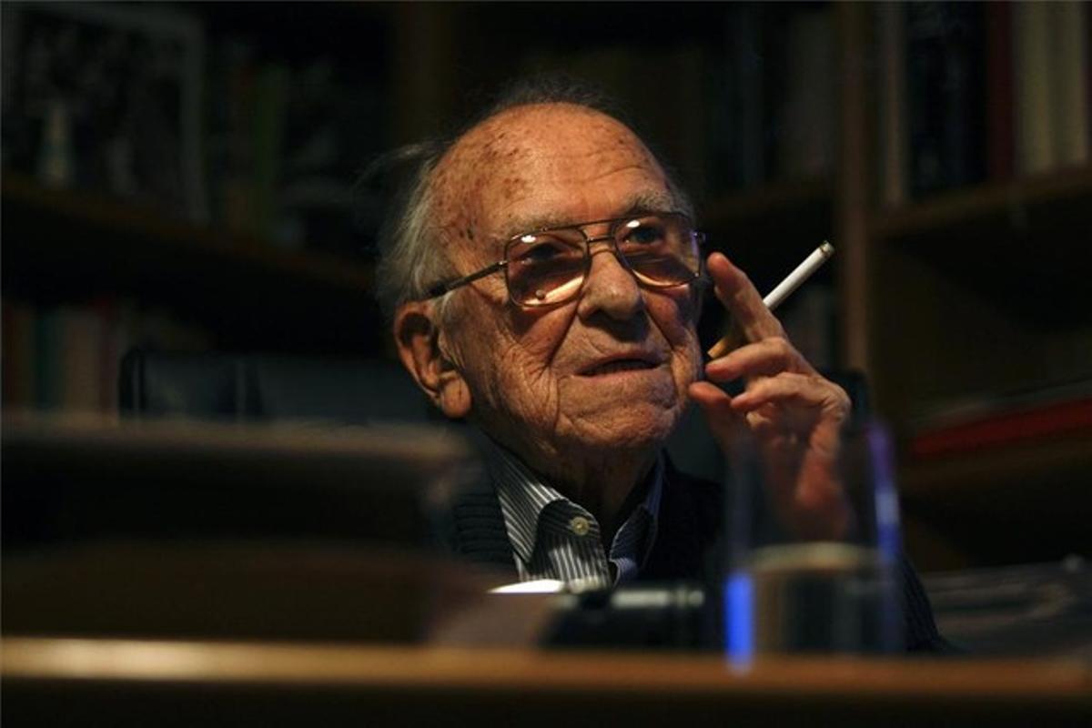 Santiago Carrillo, amb un cigarret en la seva posa habitual.