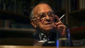 Santiago Carrillo, con un cigarrillo en su habitual pose.