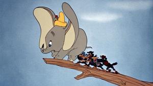 Dumbo, con Timoteo en la cabeza, sufre el acoso de los juerguitsas cuervos, en la película de Disney de 1941.