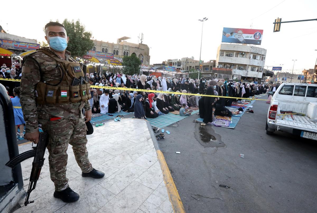 Un soldado vigila las celebraciones en Bagdad.