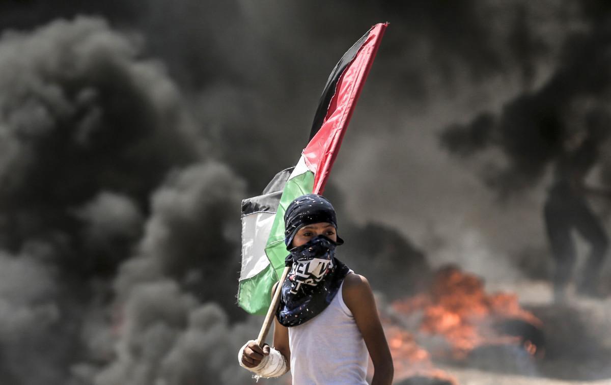 Un niño con la bandera palestino durante los choques con el Ejército israelí en la frontera de Gaza.